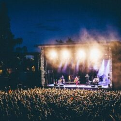 Et folkehav i Kulås amfi foren en lyssatt scene. Foto.
