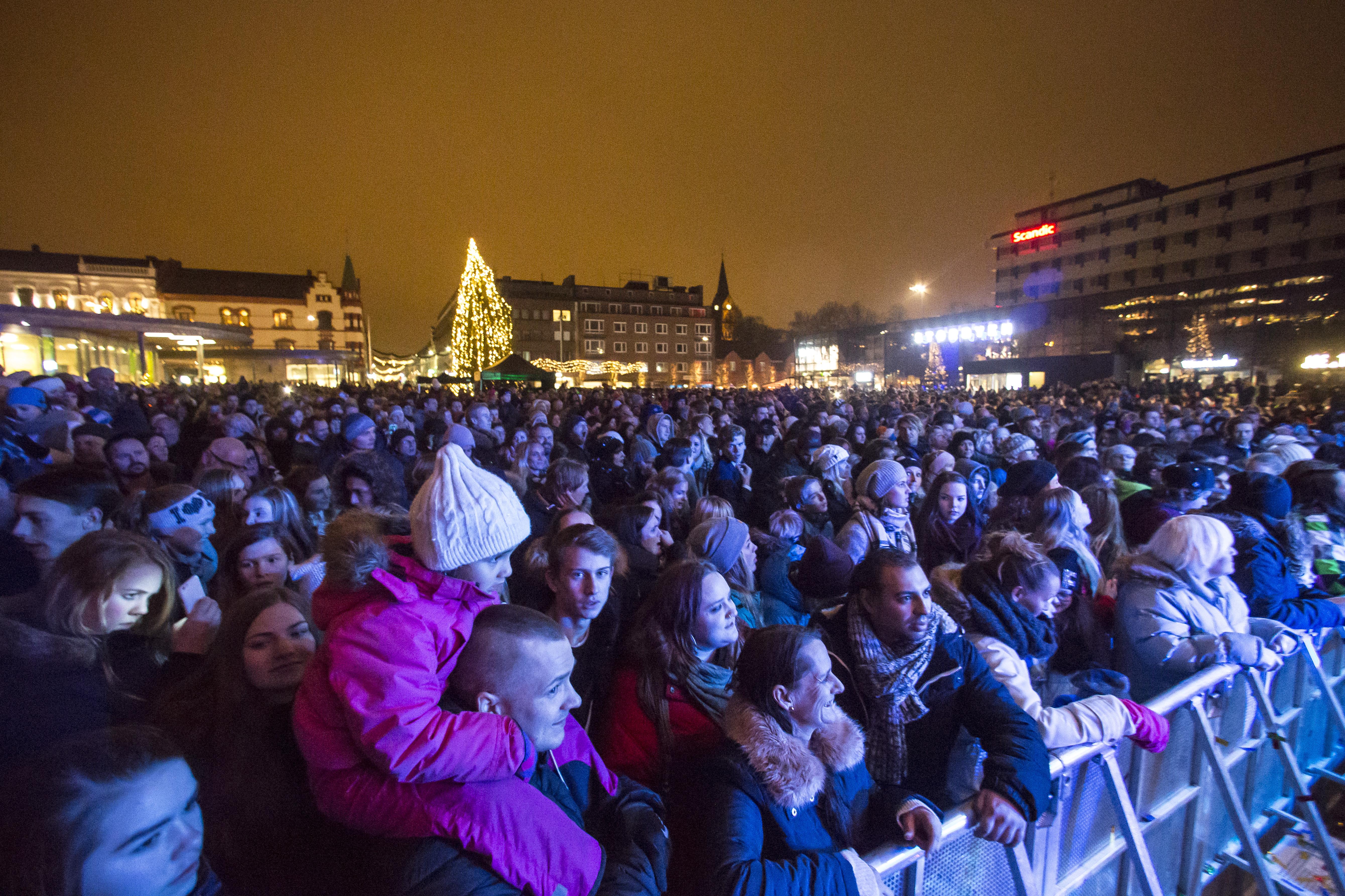 Folkehavet under nyttårsfeiring på Sarpsborg torg ved inngangen til jubileumsåret 2016. Foto