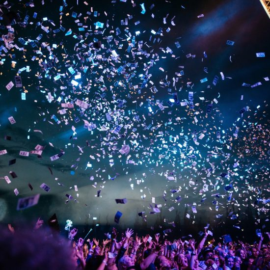 Konfetti som regner over publikum. Foto.