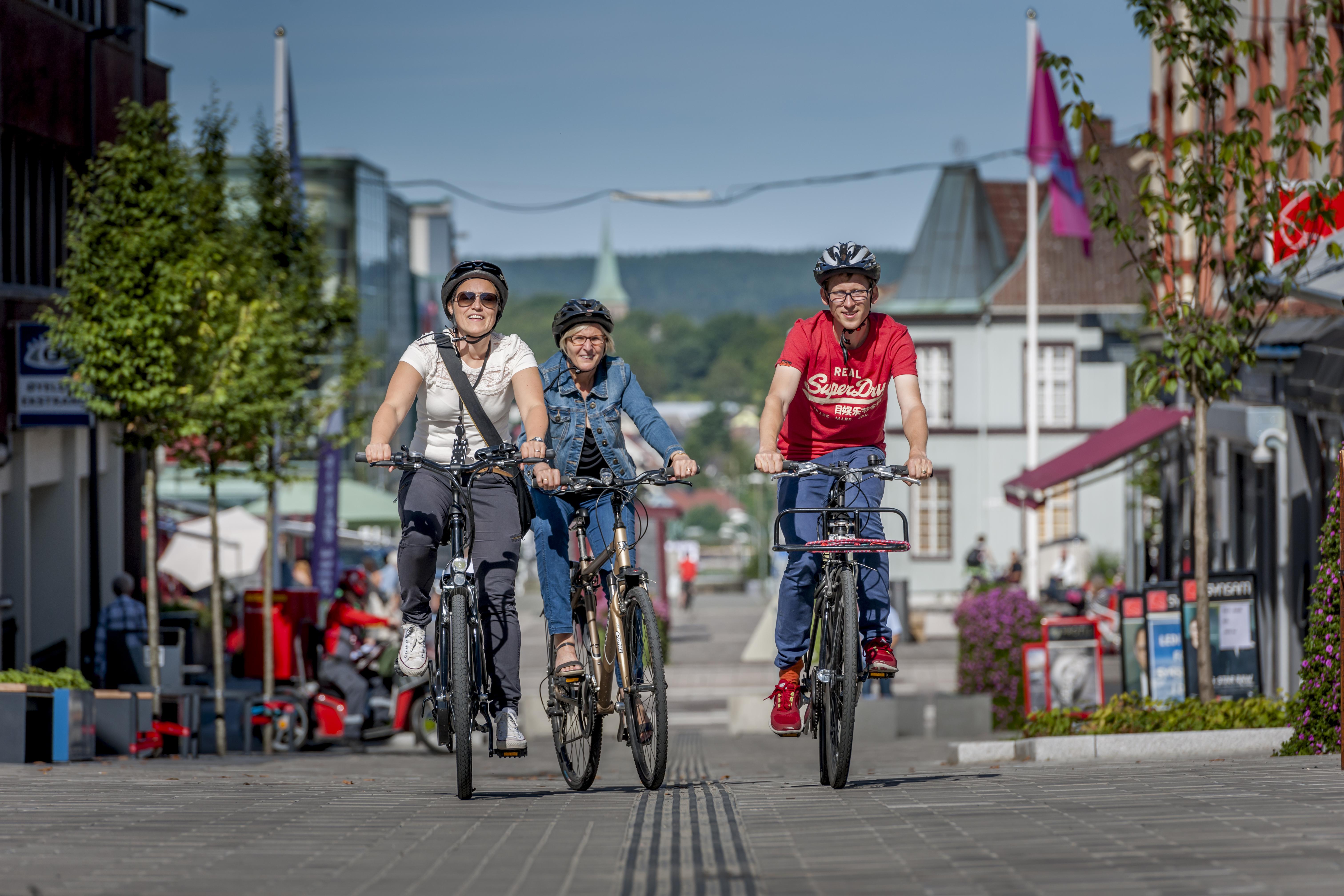 Tre syklister i St. Marie gate. Foto.