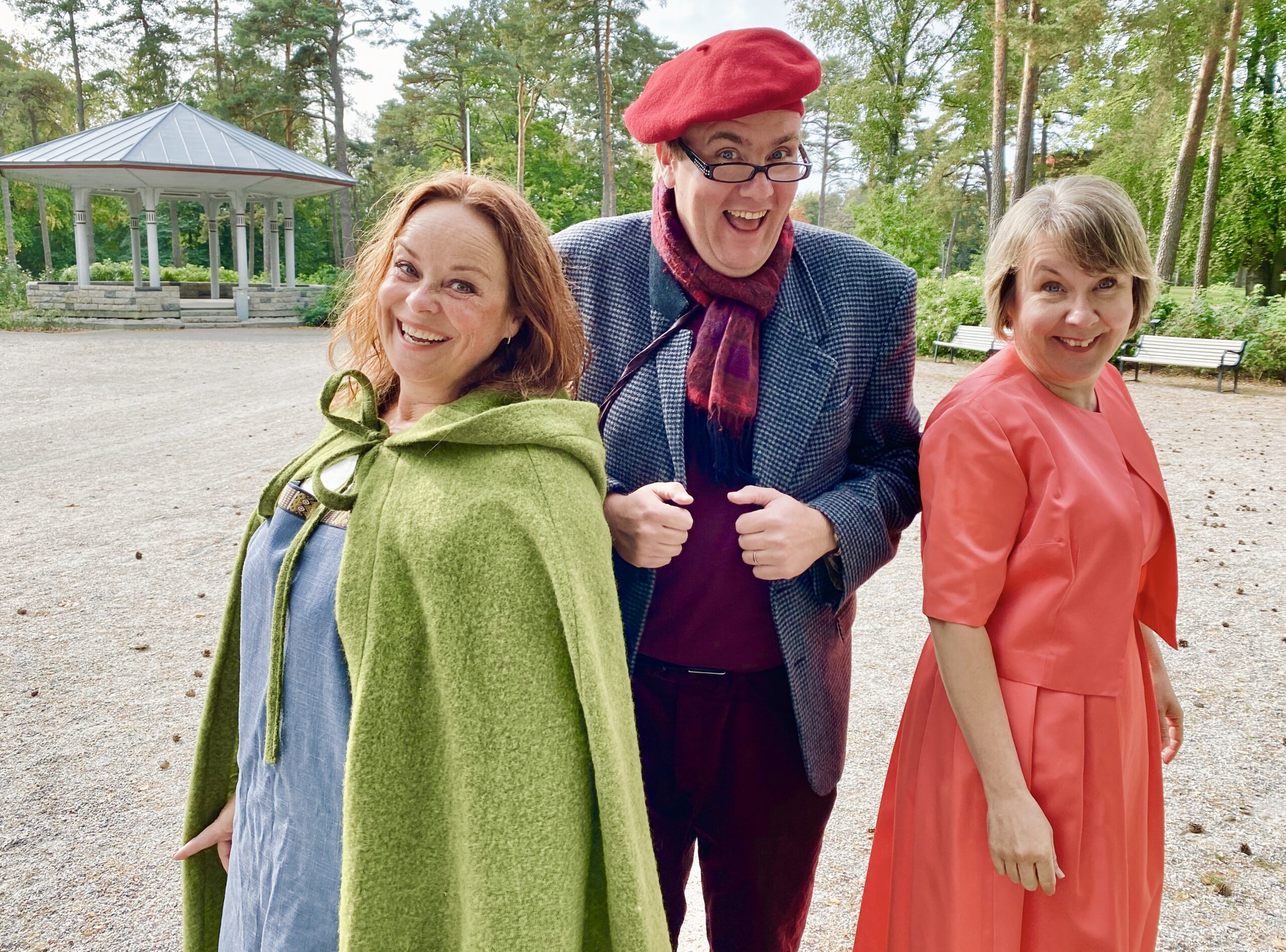 Hilde Bateman, Knut-Erik Rønne o Anna-Boel Andersen foran paviljongen i Kulåsparken. Foto.