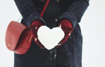 Snøhjerte i åpne hender. Foto.