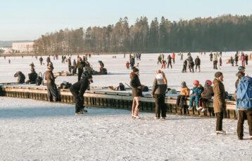 Tunevannet fult av mennesker på skøyter. Foto.