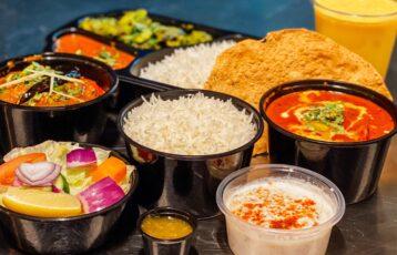 Fargerik indisk mat klar til takeaway. Foto.