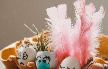 Fire påskepyntede egg i en eggekartong. Foto.